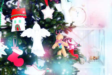 botas de navidad: Decoraciones hechas a mano de la Navidad en el árbol de Navidad sobre fondo claro Foto de archivo