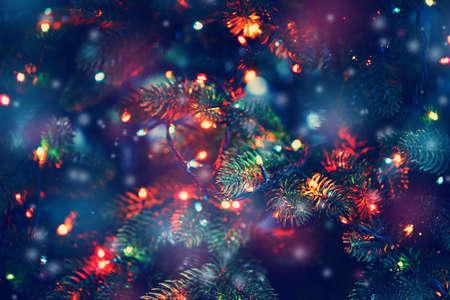 árvore de Natal decorada com guirlandas, close-up Banco de Imagens