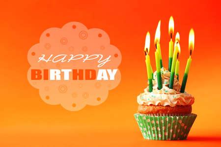 compleanno: Bign� di compleanno con le candele sul colore di sfondo