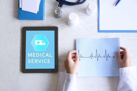 若い女性を tablet pc、医療サービスの概念を使用して 写真素材