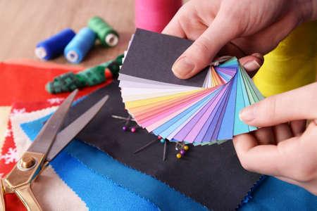 여성 손에 다채로운 패브릭 샘플, 근접 촬영