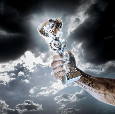 manos sucias: copa de oro en las manos sucias en el fondo del cielo