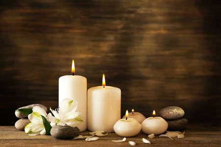 Kerze: Sch�ne Komposition mit Kerzen und Spa-Steine ??auf Holzuntergrund