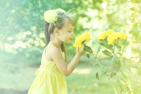 外の花を持つ少女