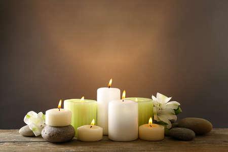 Mooie compositie met kaarsen en spa stenen op donkere achtergrond Stockfoto