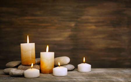 나무 배경에 촛불 스파 돌과 아름다운 구성