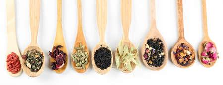 cuchara: Colección de té y aditivos naturales en cucharas de madera, aislado en blanco