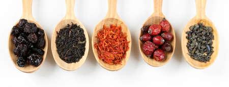 alimentos y bebidas: Colección de té y aditivos naturales en cucharas de madera, aislado en blanco