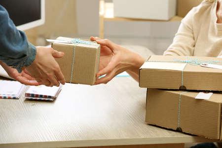 De vrouw geeft pakket in het postkantoor Stockfoto