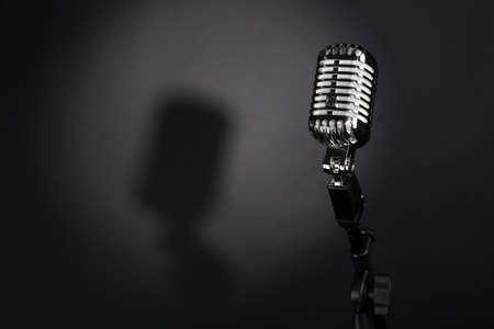 Retro zilveren microfoon op een grijze achtergrond Stockfoto - 49328606
