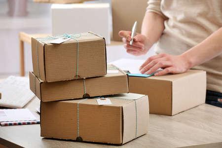Femme travaillant dans un bureau de poste Banque d'images - 49327817