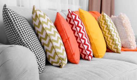 cortinas rojas: Sofá con almohadas de colores en la habitación
