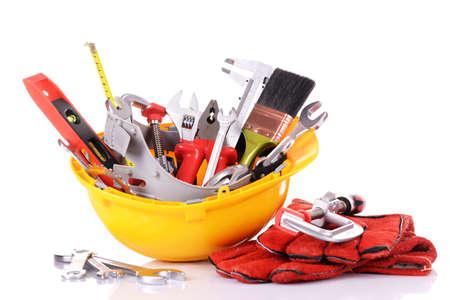 herramientas de mecánica: Herramientas de la construcción en el casco aislado en blanco Foto de archivo