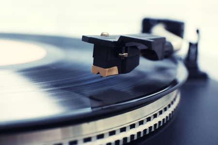 oir: Gramófono con un disco de vinilo, de cerca