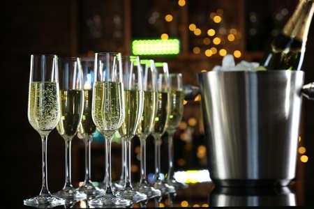 copa de vino: Copas de champán en el fondo de la barra