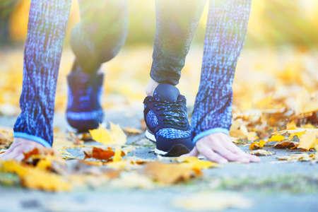 ropa deportiva: Mujer en ropa deportiva y zapatillas de deporte en el parque Foto de archivo
