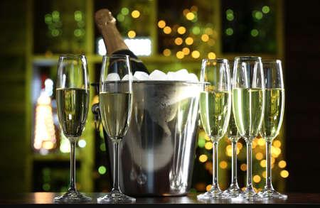 botella champagne: Copas de champán en el fondo de la barra