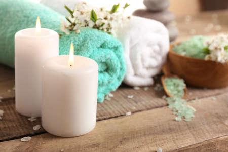 toallas: la composición de spa hermosa con flores de primavera en el fondo de madera