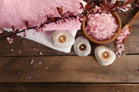 Belle composition de spa avec des fleurs de printemps sur la table close up