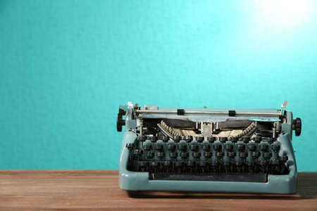correspondencia: Máquina de escribir vieja retro en la mesa sobre fondo verde Foto de archivo