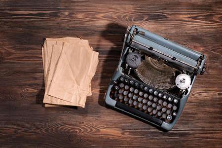 maquina de escribir: Vieja máquina de escribir retro en el primer del vector