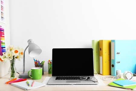 ESTUDIANDO: Lugar de trabajo con ordenador portátil, de cerca