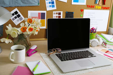 oficina desordenada: Lugar de la dise�adora, primer plano de trabajo