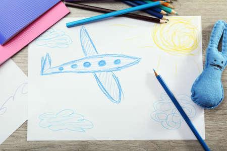 niños dibujando: Hijos de dibujo en una hoja blanca de papel, primer