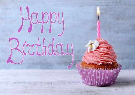 pastel de cumpleaños: Magdalena deliciosa de cumpleaños en el fondo de madera