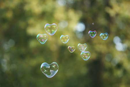 bulles de savon: Les bulles de savon en forme de coeur en plein air Banque d'images