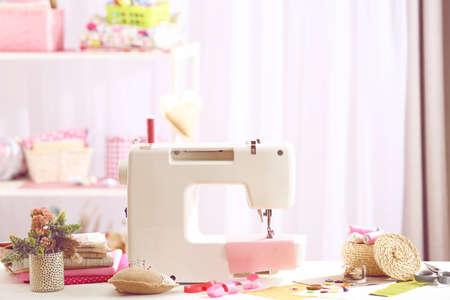 maquinas de coser: Máquina de coser sobre la mesa en el taller Foto de archivo