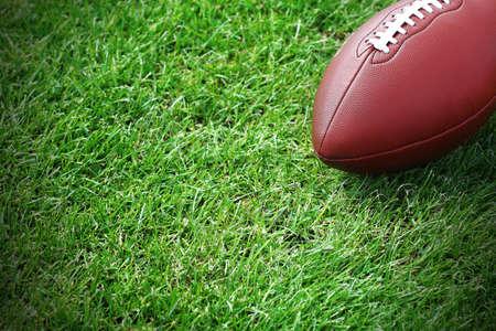 terrain de foot: Ballon de rugby sur le terrain vert
