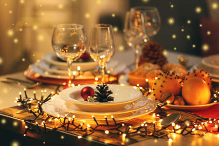 Christmas table setting with holiday decorations Stockfoto