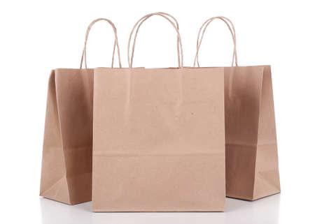reciclaje papel: Bolsas de la compra de papel aislado en blanco Foto de archivo