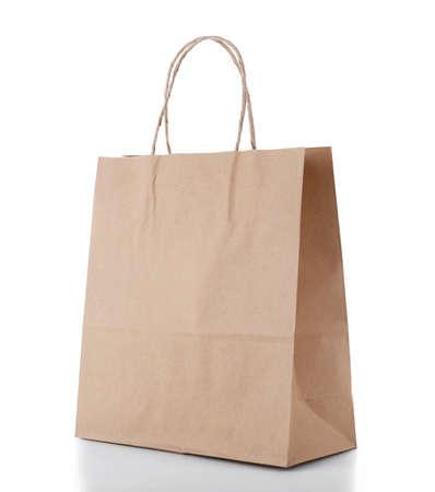 Papieren boodschappen tas op wit wordt geïsoleerd