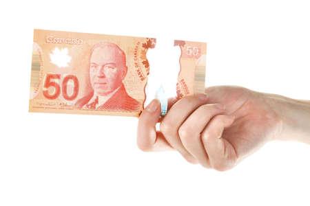 Weibliche Hand mit Canadian 50 Dollar, isoliert auf weißem Standard-Bild