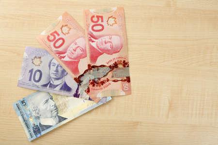 dollars canadiens sur la table en bois Banque d'images