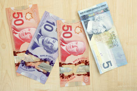 fondos violeta: Canadian dollars on wooden table
