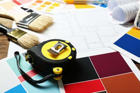 pintor: instrumentos de construcci�n, el plan y pinceles sobre fondo de madera Foto de archivo