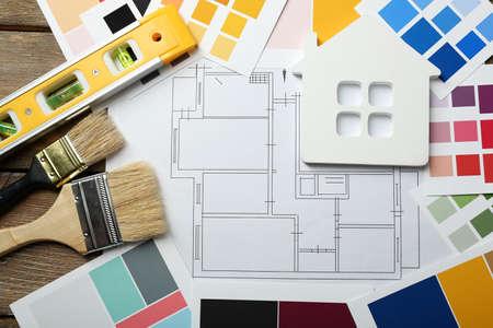 trabajando en casa: instrumentos de construcci�n, el plan y pinceles sobre fondo de madera Foto de archivo