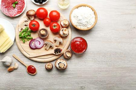 Zutaten zum Backen von Pizza auf Holztisch, Ansicht von oben