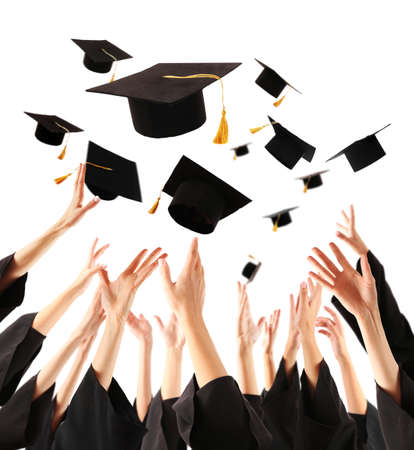 toga y birrete: Graduados que lanzan los sombreros de graduación de manos, aislado en blanco Foto de archivo