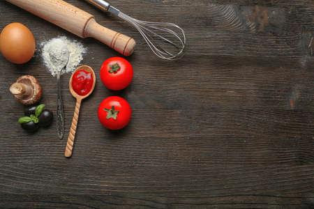 cocina saludable: Ingredientes para la pizza cocinar en la mesa de madera, vista desde arriba Foto de archivo