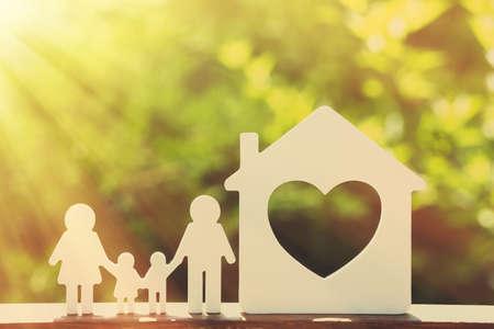 Kleines Modell von Haus und Familie auf Natur Hintergrund