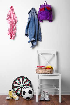 ropa colgada: Niños cosas que cuelga en la pared y se apilan en la habitación