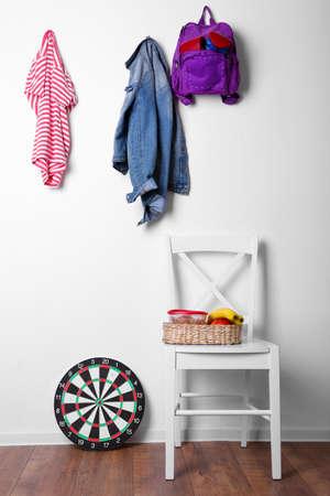 Niños cosas que cuelga en la pared y se apilan en la habitación Foto de archivo