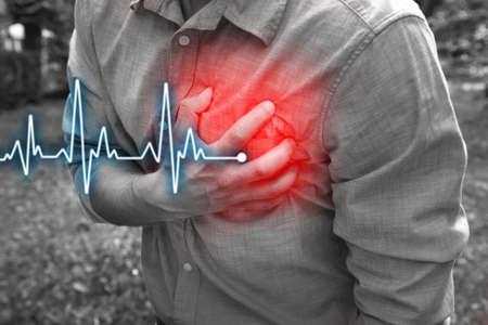 dolor de pecho: Hombre que tiene dolor en el pecho - ataque al corazón, al aire libre