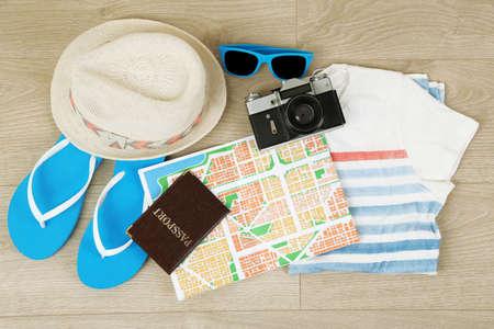 夏の休暇の洋服、靴、木製の背景の帽子