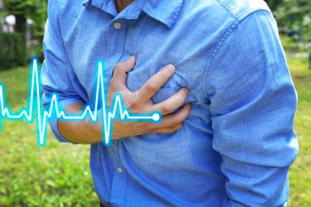 dolor de pecho: Hombre que tiene dolor en el pecho - ataque al coraz�n, al aire libre