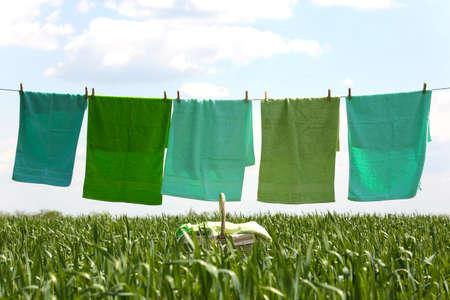 lavanderia: línea de ropa con las toallas en el campo de primavera